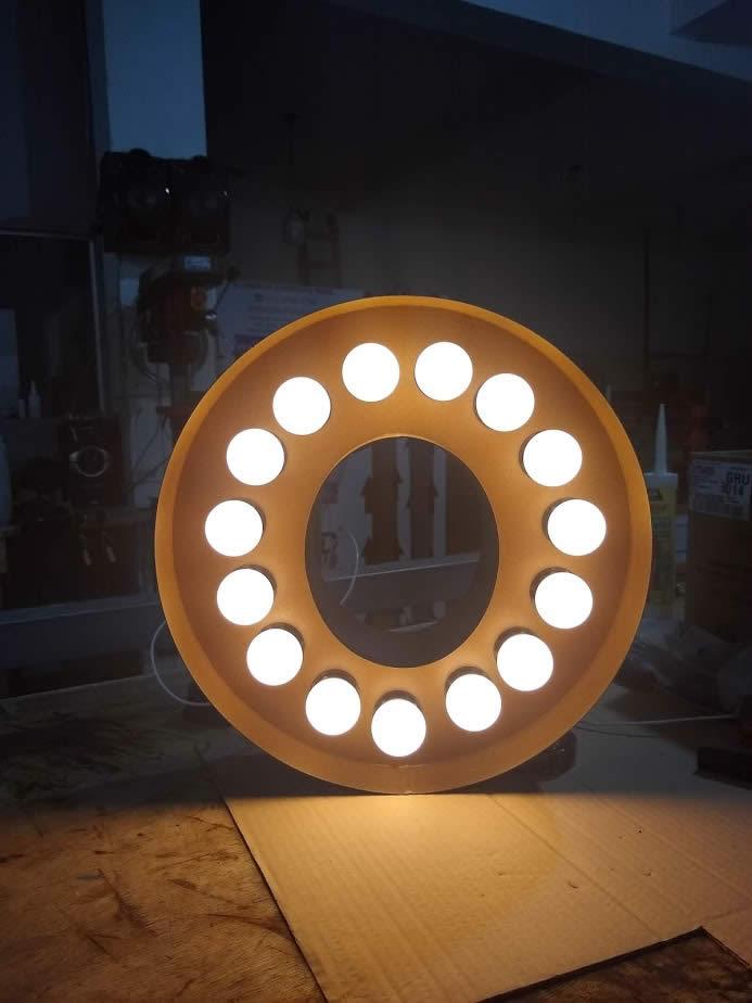 Letras caixa com pintura aço corten e iluminação com lâmpadas bolinhas