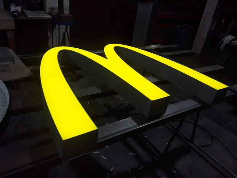 Letra caixa galvanizada com iluminação - McDonalds