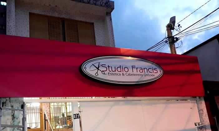 Luminoso com Frente em Acrílico e Iluminação Interna - Studio Francis